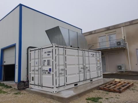 Closed container, compressor in operation